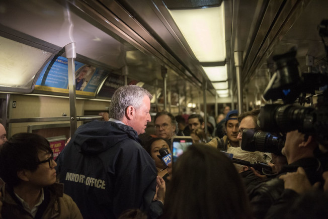 白思豪5日搭紐約地鐵,向民眾表率疫情期間,需警覺,但無須過度恐慌,生活還要繼續。(市長辦公室提供)