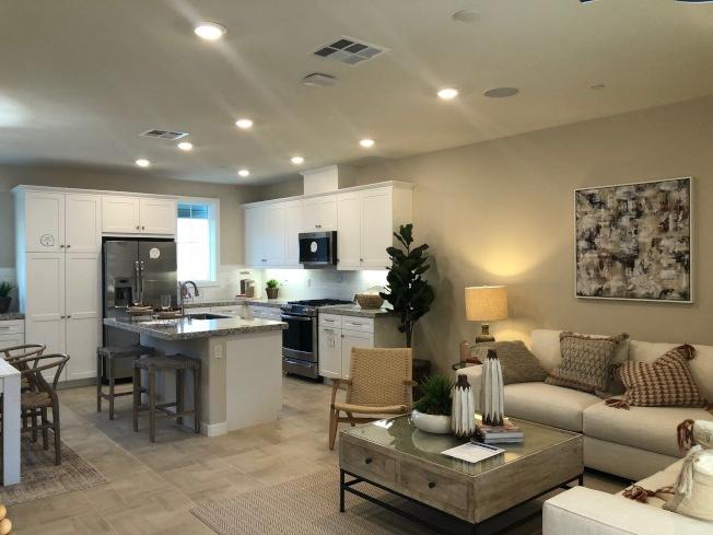 Woodhaven三種屋型的二樓格局都是客廳連著餐廳與廚房,開放式設計。(記者胡清揚/攝影)