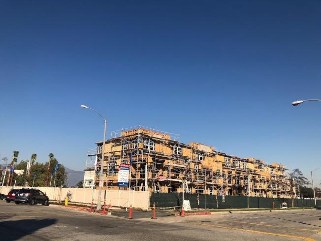 位於阿罕布拉市山谷大道與Marengo街交口附近的Woodhaven全新城市屋社區,125戶,由全美知名建商Lennar開發設計興建。(記者胡清揚/攝影)