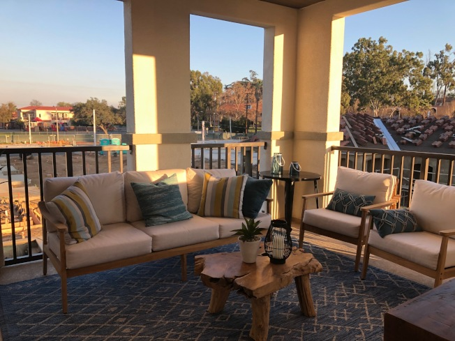 Woodhaven全新城市屋的一大特色是二樓客廳外的寬敞陽台,形同家庭房(Family Room)。(記者胡清揚/攝影)