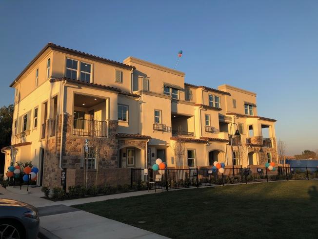 Lennar公司在阿罕布拉市興建125戶城市屋,名為Woodhaven,三戶樣品屋日昨開放參觀,人潮絡繹不絕。(記者胡清揚/攝影)