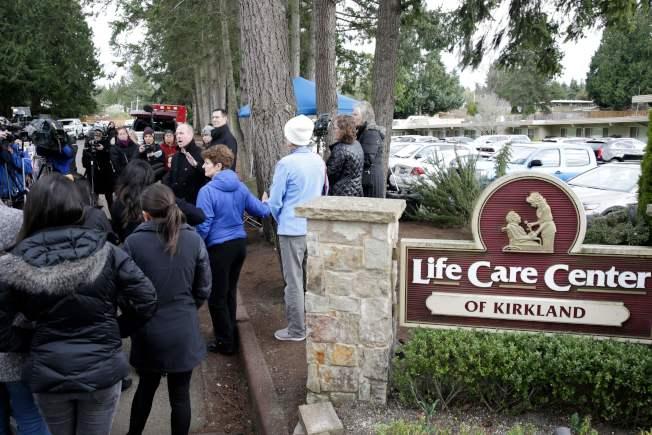 華盛頓州5日再添70例確診病例,圖為病人家屬在柯克蘭生命照護中心外面開記者會。(Getty Images)