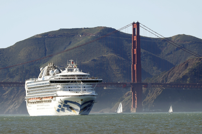 「至尊公主號」郵輪因為船上出現確診病例,舊金山港拒絕該輪泊靠。圖為該輪通過著名的金門大橋。(美聯社)