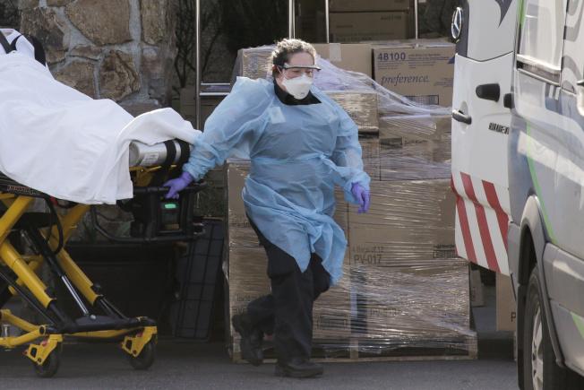 華盛頓州5日再添70例確診病例,圖為醫護人員在柯克蘭一所照護中心載運確診病人就醫。(路透)