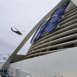 〈圖輯〉至尊公主號泊外海 直升機空降檢測盒