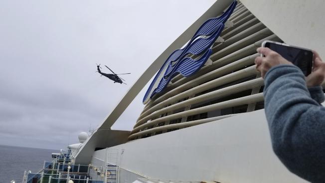 至尊公主號有一名旅客死於新冠肺炎,為避免新冠肺炎伺機而入,當局下令郵輪上3500名船員與旅客必須在舊金山外海隔離並進行檢測。美國海岸防衛隊(U.S. Coast Guard)派直升機,以繩索將病毒檢測盒送到950呎舊金山外海的郵輪。(美聯社)