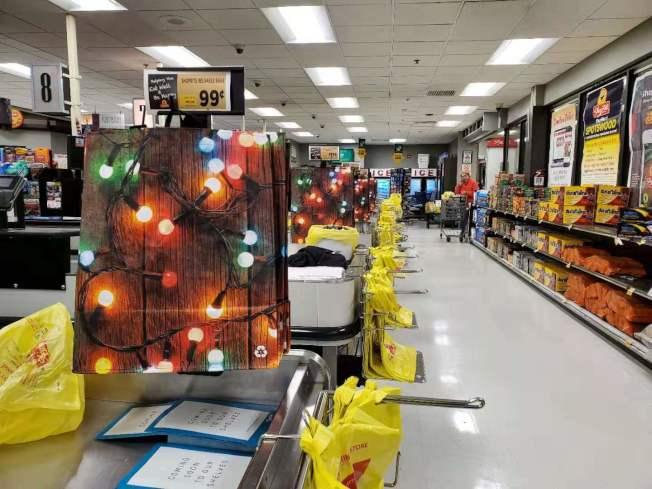 新州參議會通過限塑令,地方超市已開始出售環保袋。(記者謝哲澍╱攝影)