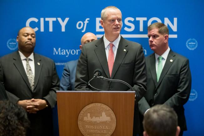 州長貝克(中)和波士頓市長偉殊(右)宣布新冠肺炎最新情況。(州長辦公室提供)