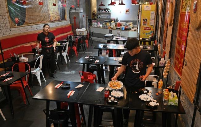 新冠病毒疫情對各地華人聚居區造成重大衝擊,商家生意受損,圖為澳洲墨爾本的中餐館門可羅雀。(Getty Images)