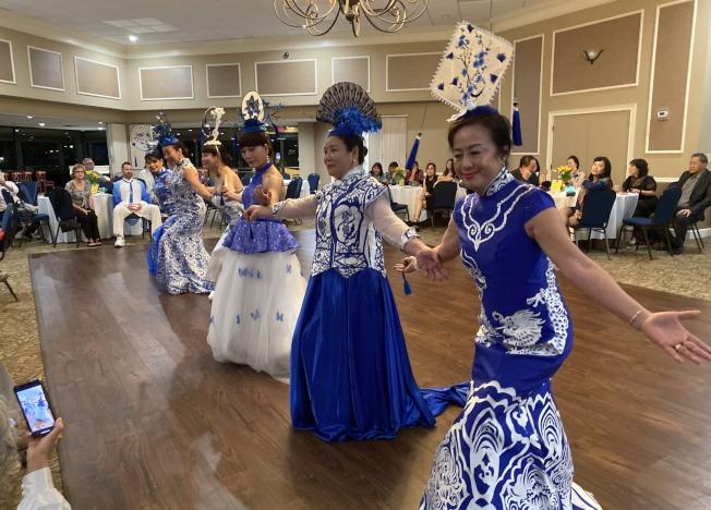 大奧蘭多台灣商會2020迎春聯歡會表演節目之一水墨藍亭‧旗袍舞,服裝頭飾很吸睛。(記者陳文迪/攝影)