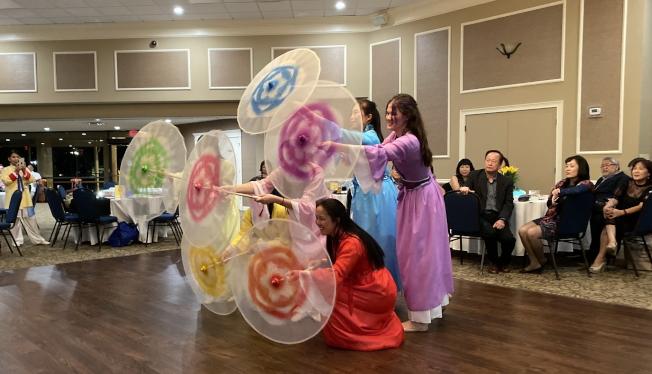 大奧蘭多台灣商會2020迎春聯歡會表演節目之一六月茉莉傘之韻。(記者陳文迪/攝影)