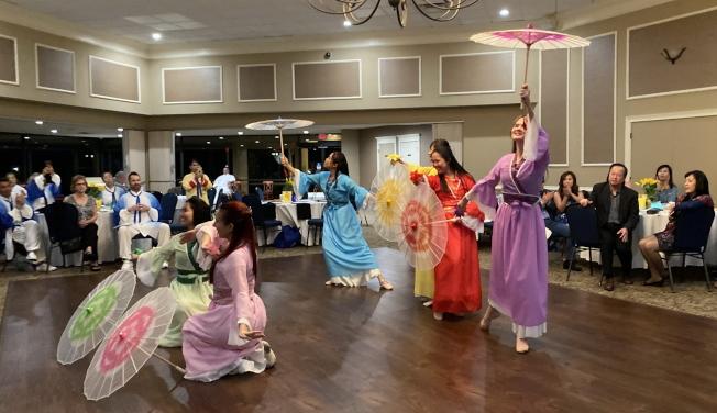 大奧蘭多台灣商會2020迎春聯歡會表演節目之一六月茉莉‧傘之韻。(記者陳文迪/攝影)