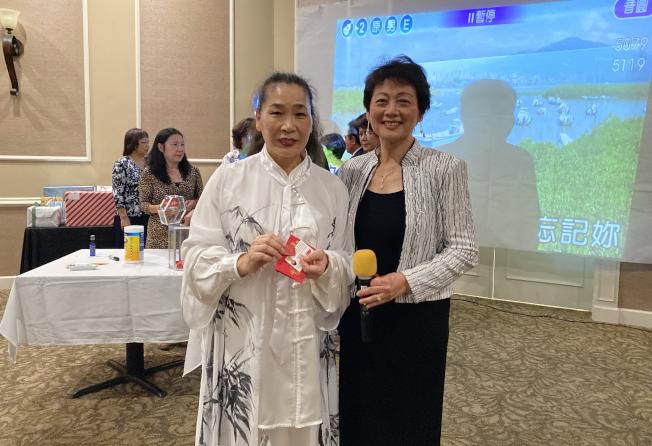 大奧蘭多台灣商會2020迎春聯歡會中抽獎之一,左為中獎人劉漢卿,右為獎品贊助人莊杏珠。(記者陳文迪/攝影)
