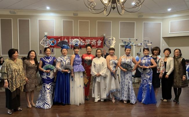 大奧蘭多台灣商會2020迎春聯歡會,商會成員和演出人員合影。(記者陳文迪/攝影)