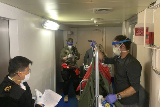 加州國民兵出動直升機,把人員和器材降落到至尊公主號郵輪,為船上人員進行檢測。(美聯社)