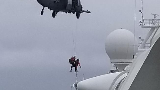 加州國民兵出動直升機,把新冠病毒的檢測試劑,空運到至尊公主號郵輪上,供船上疑似感染者檢測。(美聯社)