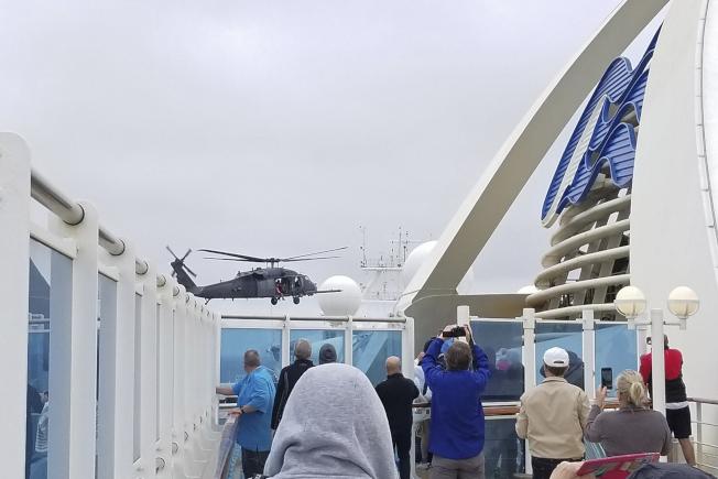 加州國民兵出動直升機,運送人員和器材到至尊公主號郵輪,為船上人員檢測。(美聯社)