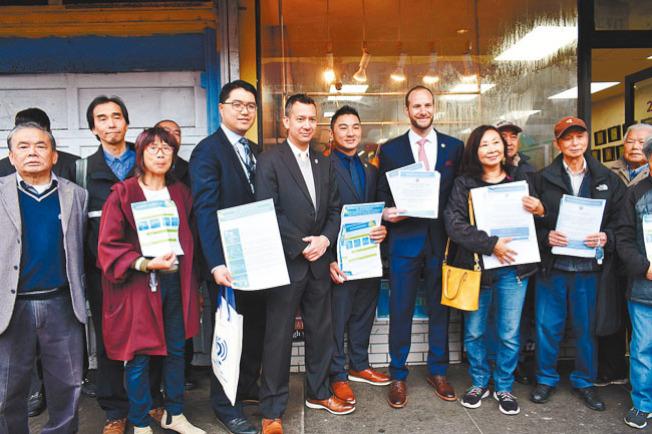 舊金山地方檢察長博徹思(右四)向肖化區的華人商家和居民講解對種族偏見和歧視的「零容忍」政策。(記者黃少華/攝影)