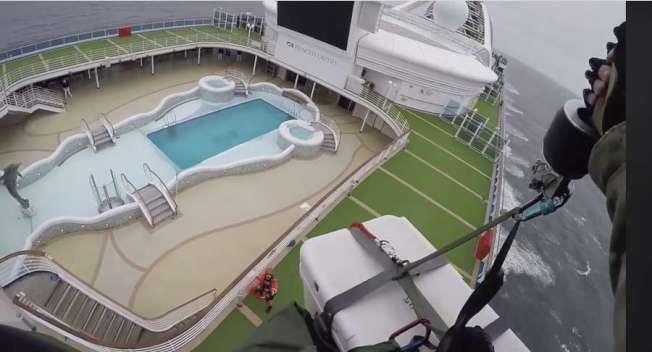 公主號上的游泳池。(取自推特)