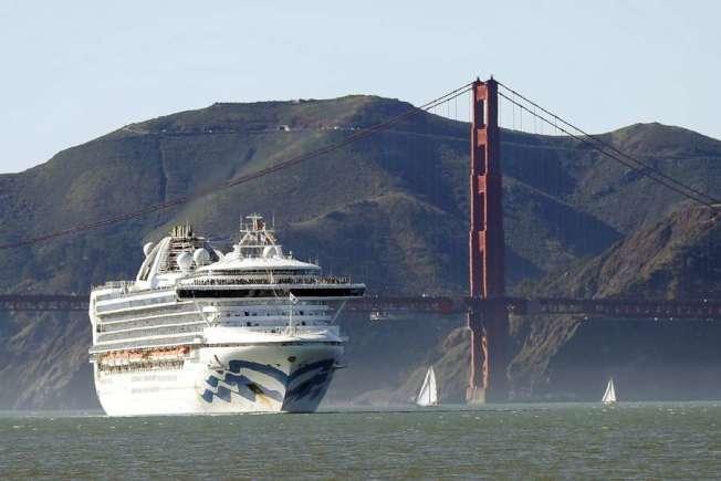 「至尊公主號」6日抵達金山灣;背景就是金門大橋。(取自推特)
