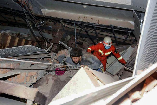 福建泉州鯉城區欣佳酒店倒塌,當地警消進行施救。(Getty Images)