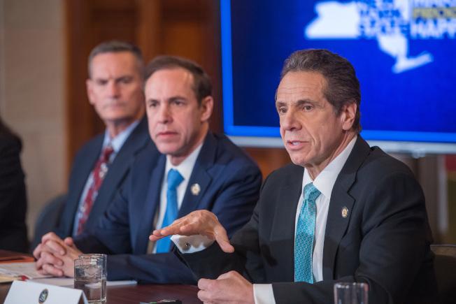 葛謨(右一)7日舉行記者會,發布紐約州新冠疫情最新情況。(州長辦公室提供)