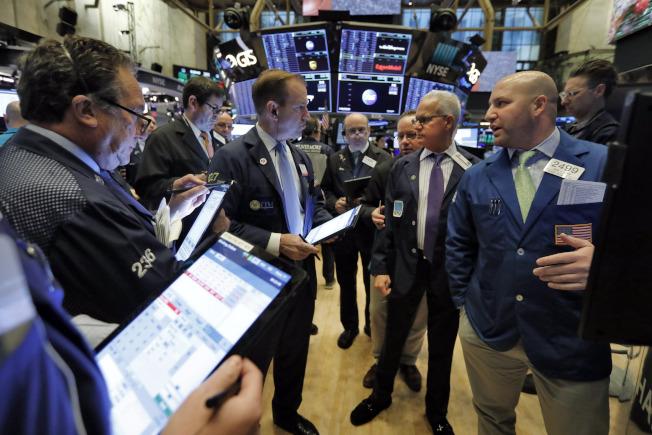 紐約證交所擠滿交易員的場景,很可能被機器人取代。(美聯社)