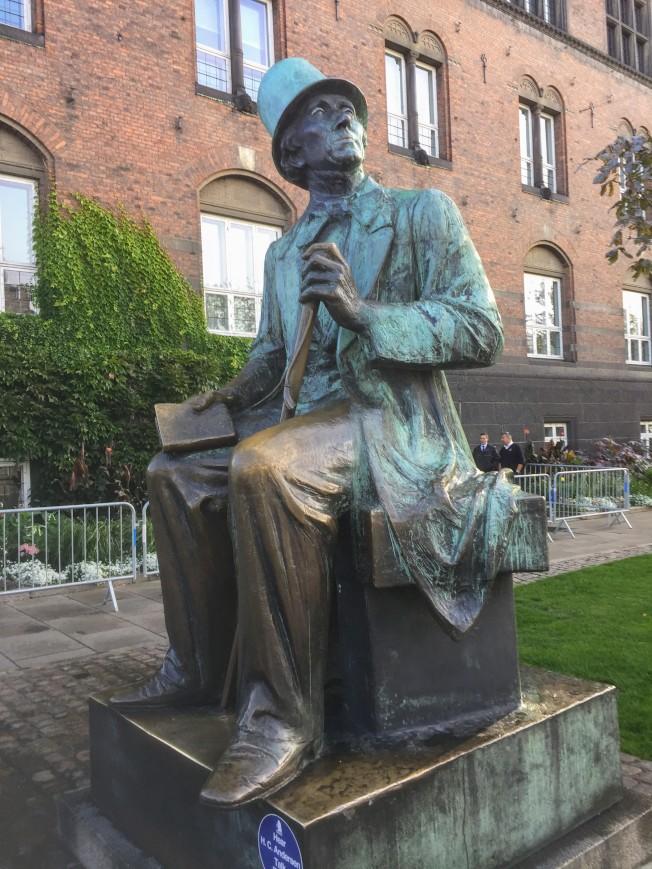 哥本哈根市政廳前安徒生的銅像。(圖:作者提供)