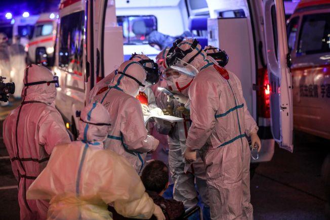 武漢市第五醫院把感染新冠病毒的病人轉到雷神山醫院。(Getty Images)