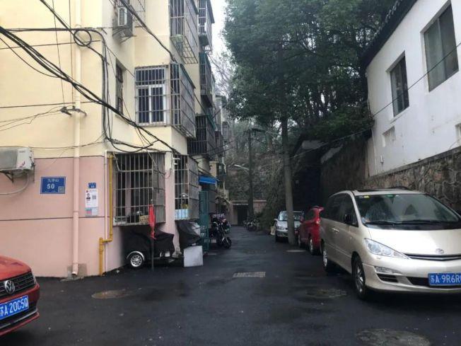 胡同最深處,就是麻繼鋼家所在的單元樓,兩側都是小山坡。(取材自錢江晚報)