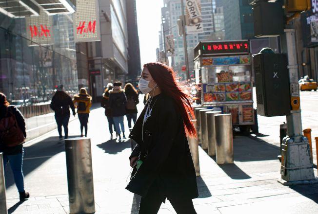 8日早上,紐約時報廣場,有市民戴著口罩外出。(Getty Images)