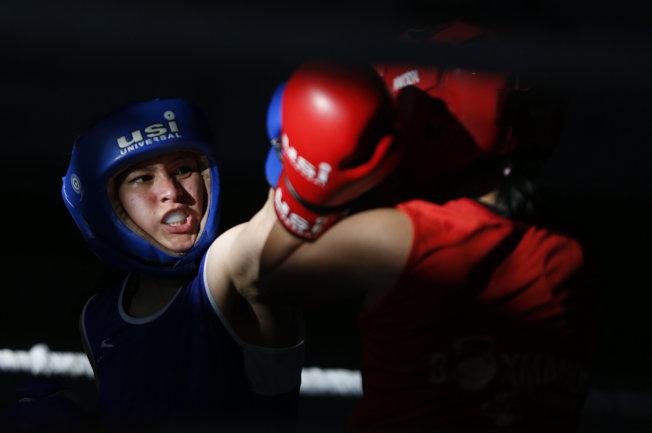 尼泊爾通過上演一場婦女拳擊比賽,來慶賀女性力量。(美聯社)