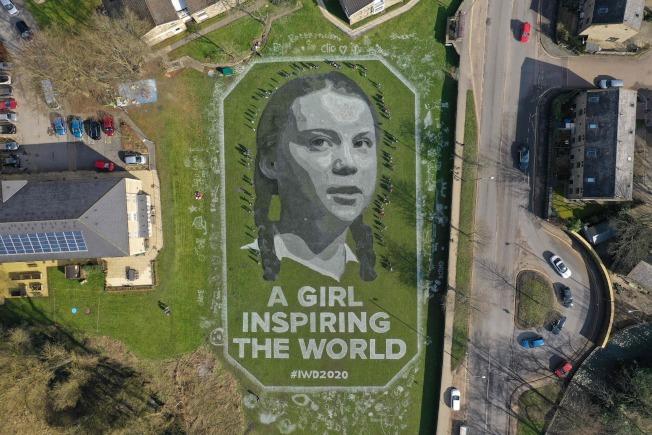 英國,英格蘭北部的一處草坪上,有藝術家畫出瑞典環保少女童貝里(Greta Thunberg)。(Getty Images)