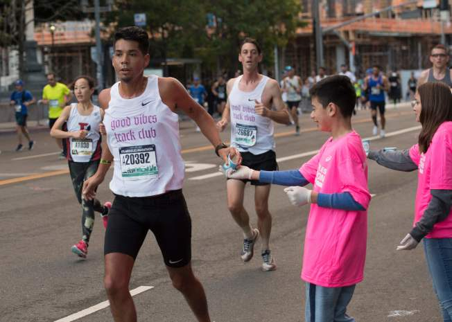 儘管加州宣布新冠病毒的警急狀態,但洛杉磯馬拉松8日如期舉行,沒有取消,當局今年禁止來自中港台、義日韓與伊朗的運動員參加。(Getty Images)