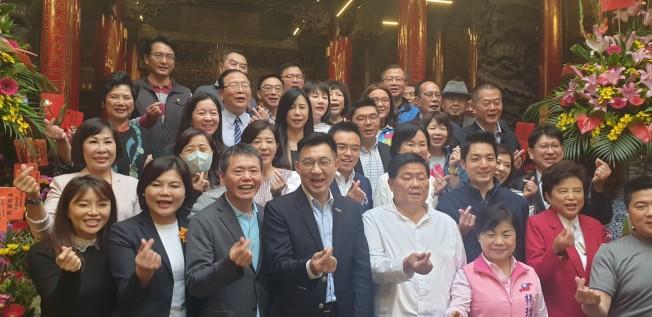 新當選國民黨主席江啟臣8日和黨籍立委到大甲鎮瀾宮參拜,一起比出愛心手勢,祝大家婦女節快樂。(記者游振昇/攝影)