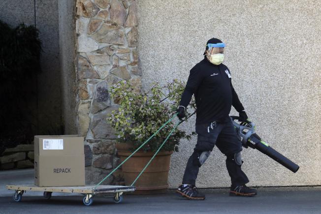 全美新冠病毒疫情的重災區在華盛頓州金恩郡的生命照護中心。工作人員正在中心前清理。(美聯社)