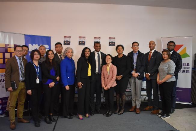 陳倩雯(右六)與華埠共同發展機構9日在華埠舉辦「新型冠狀病毒社區座談會」。(記者顏嘉瑩/攝影)