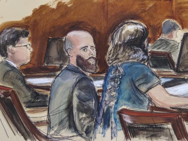 前中央情報局編碼員舒爾特(中,法庭素描)被控將盜竊的大量中情局駭客工具交給維基解密,最終只被定罪蔑視法庭和做偽證兩項輕罪。(美聯社)