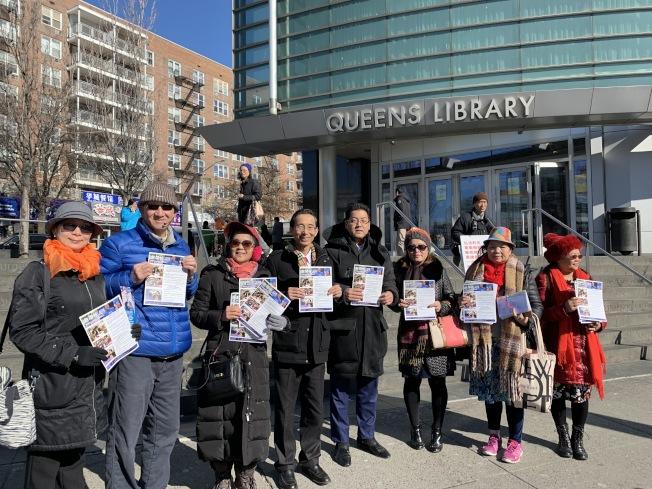 趙靖桉(右四)日前在法拉盛圖書館前和支持者一起募集連署簽名。(記者賴蕙榆/攝影)