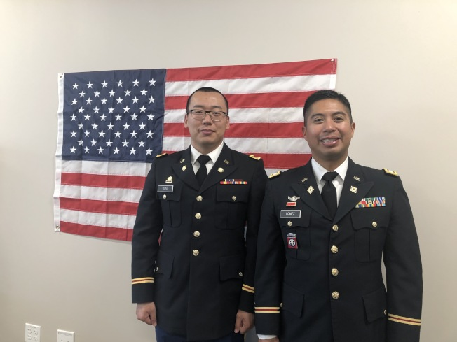 陸軍蒙特利公園市招募處Gerardo Gomez上尉,與工業市招募處的王天峰少尉(左),兩人皆為新移民子弟,也都表示加入陸軍,前途一片光明。(記者胡清揚╱攝影)