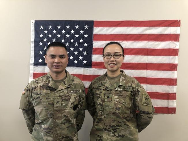 陸軍艾爾蒙地招募處副站長李世富中士(左),盛讚他召募來的華裔女兵韓里露是女中豪傑。(記者胡清揚╱攝影)