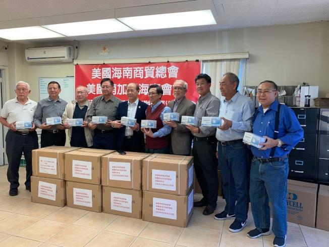 美國海南商貿總會和美國南加海南會館日前為海南省捐贈10萬個口罩,希望能對家鄉疫情有所幫助。(記者張宏╱攝影)