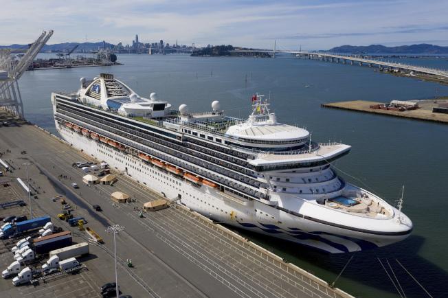 郵輪「至尊公主號」9日終於獲准停靠在加州奧克蘭港,非美國籍乘客可下船接受檢測。(美聯社)