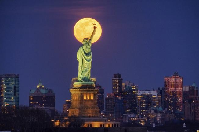 紐約州一夜至少再增25例新冠肺炎確診病例。(美聯社)