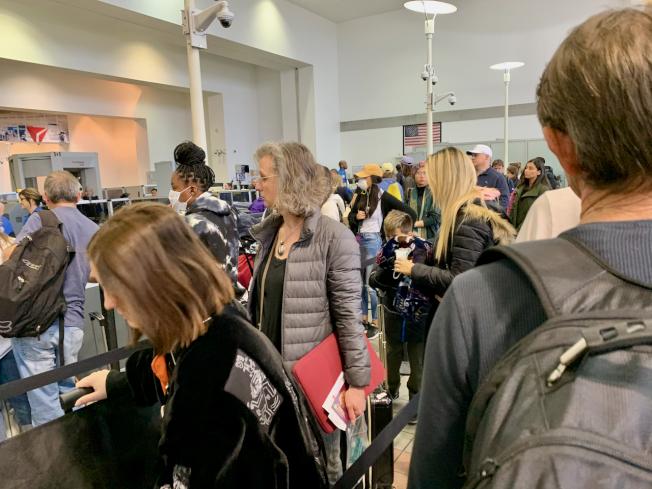 大量旅客等候通過安檢。(記者陳開/攝影)