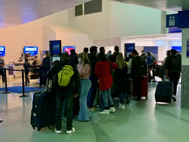 旅客等候辦理搭機。(記者陳開/攝影)