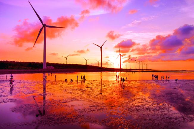 台電於台中大甲溪南岸的高美濕地建立風力發電機組。 (圖:台電提供)