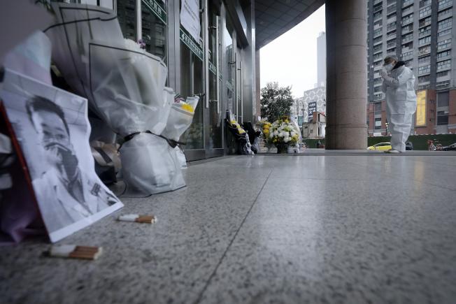 武漢中心醫院門口,有民眾給逝去的吹哨人李文亮送花。(美聯社)