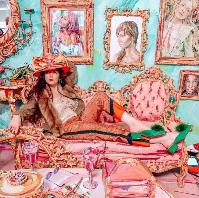 「夢遊仙境沉浸展」讓民眾藉由置身在二維藝術品中,成為愛麗絲夢遊仙境故事中的主人翁,進行一場獨特的歷險。(取自Immersed In Wonderland臉書)