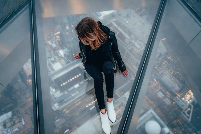 號稱西半球最高的戶外觀景台的「Edge」已於本月11日開放,為遊客提供全新觀景體驗。(取自Edge臉書)